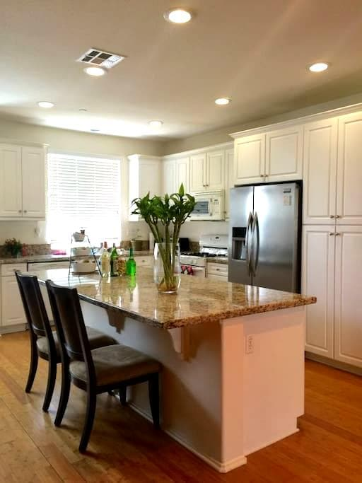 Cozy suit with private bothroom - Eastvale - Townhouse