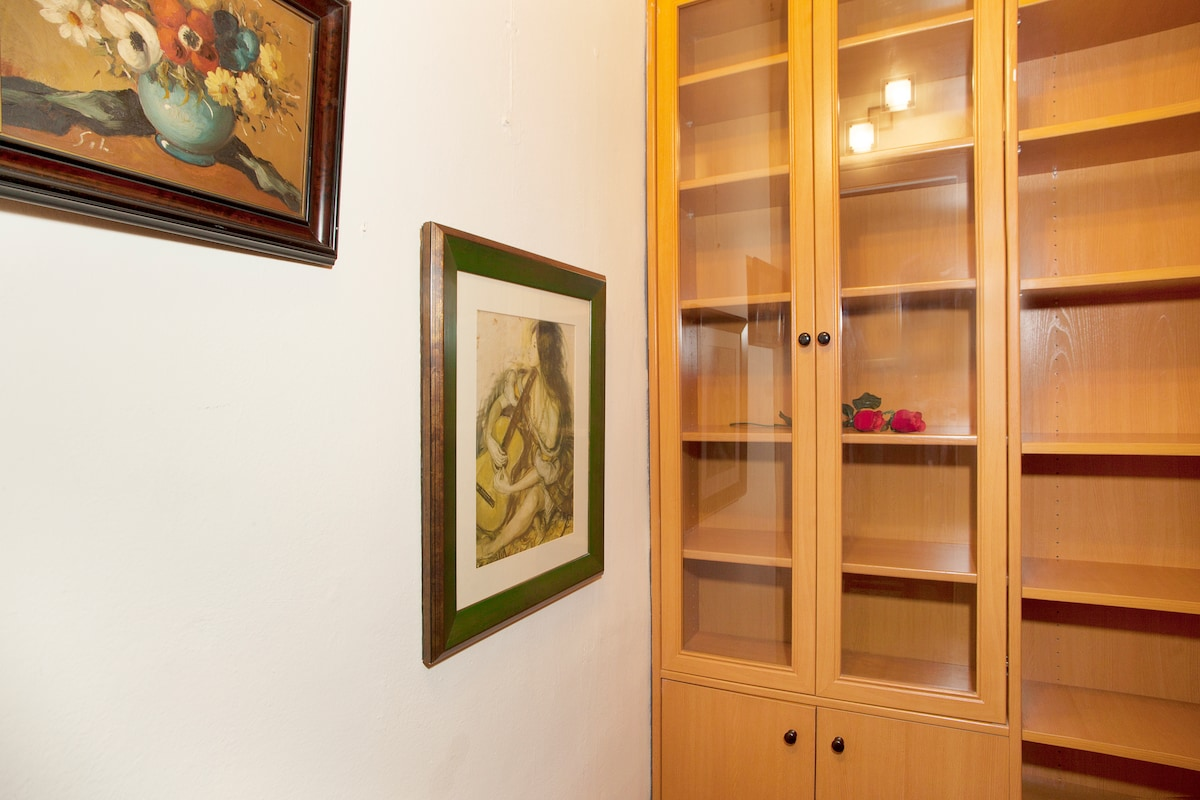 Single room with walk-in closet, cozy and quiet. We are waiting for you :-)