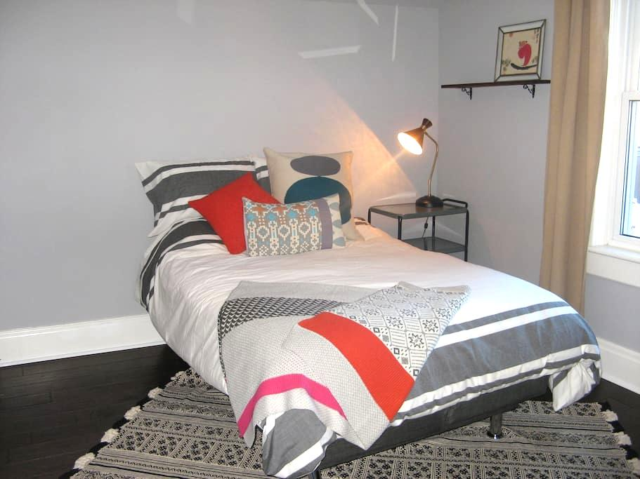 Room downtown in character filled home - Kitchener - House