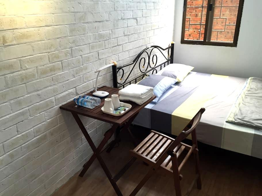 Double Bed Private Room~Roly Hostel - Yangon - Studentrum