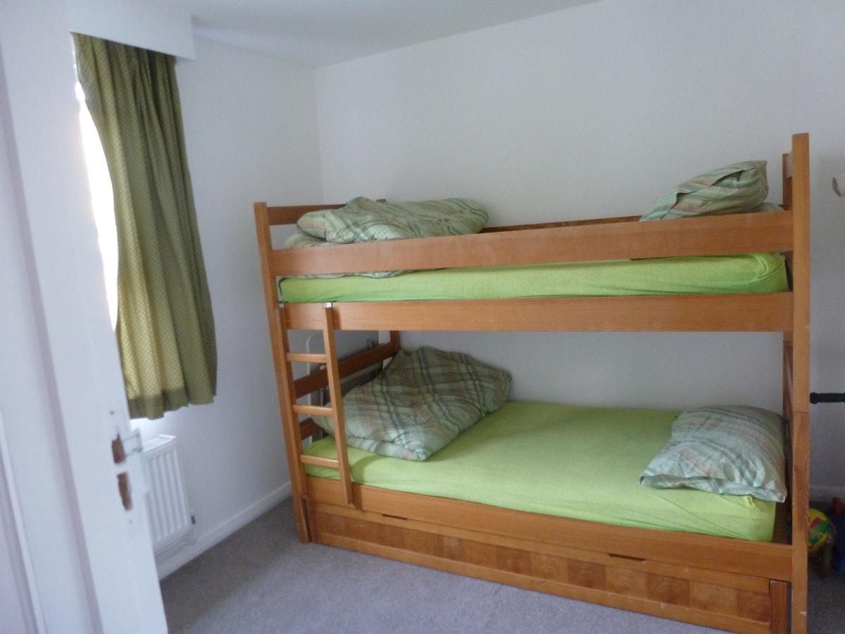 Bedroom with three bunk beds / Camera con letto a castello a tre posti