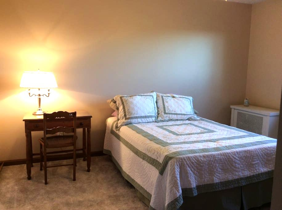 Comfy private room w/ full bed - Perry - Hus