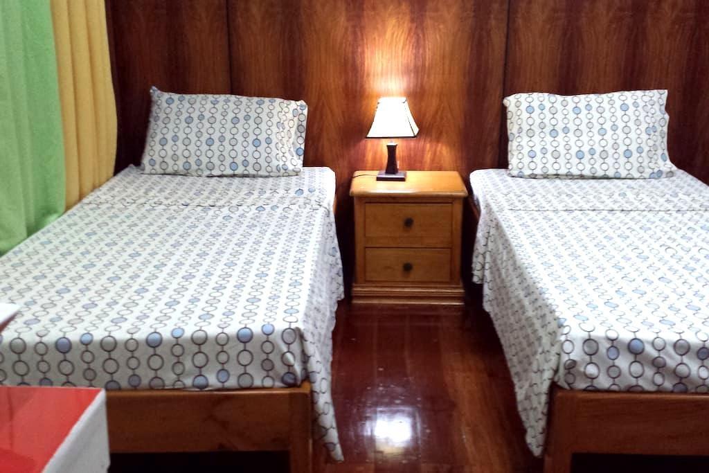 Villa del Carmen B&B Bohol Middle Room - Carmen - Bed & Breakfast