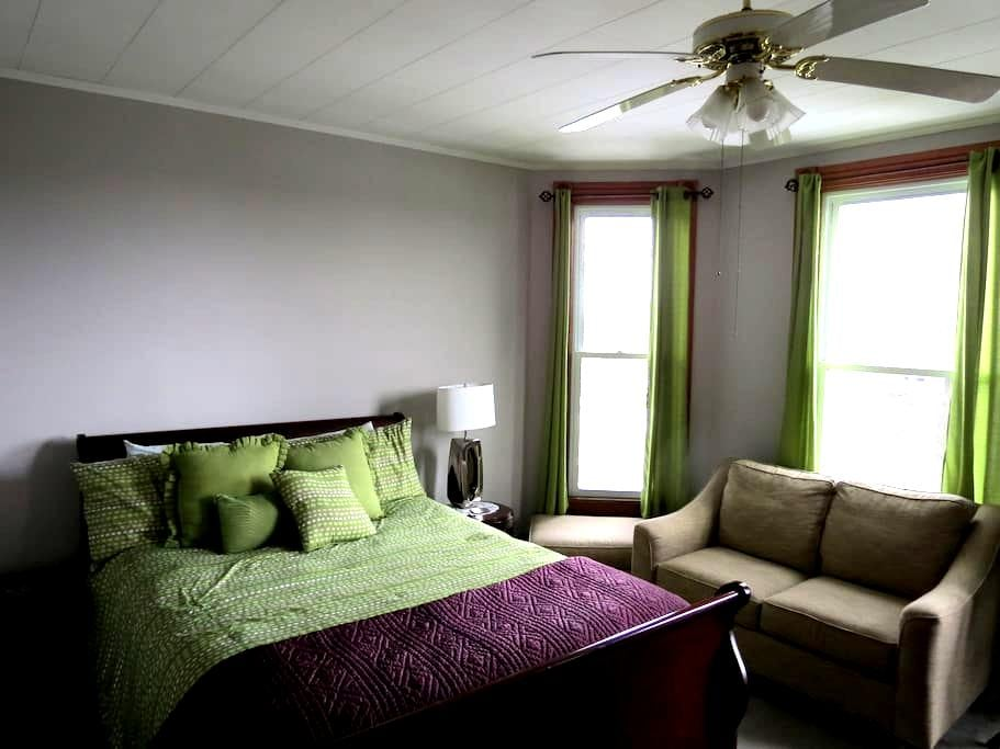 Harrison House Apartment Suite 1 - Barnesville - Flat