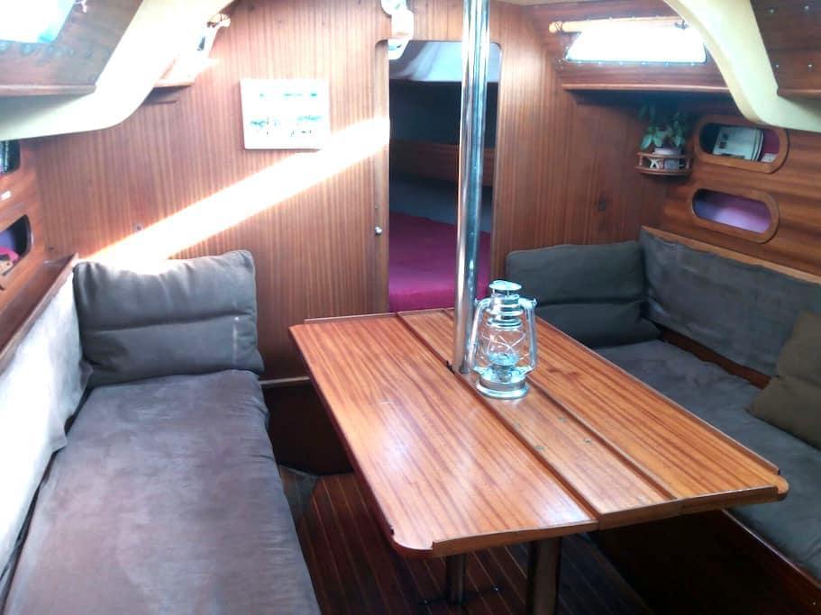 Logement à bord d'un joli voilier chauffé à quai - Sète - Båd