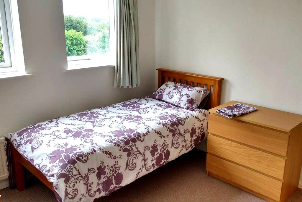 Bedroom 2 : Single room in Aylesbury - Aylesbury - Hus
