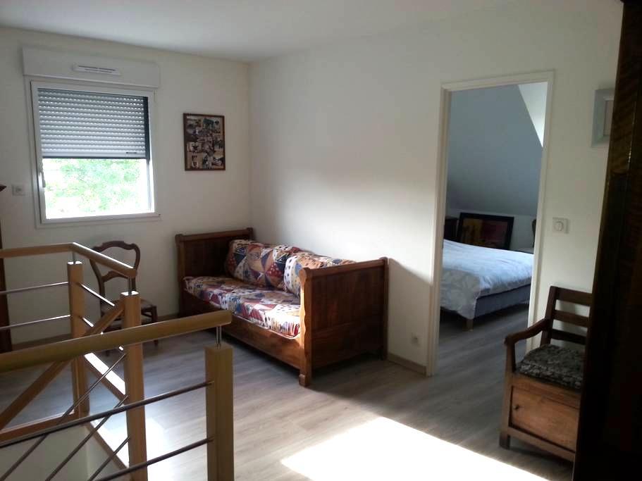 Chambres dans petit village - étage indépendant - Souvigné-sur-Sarthe - 独立屋
