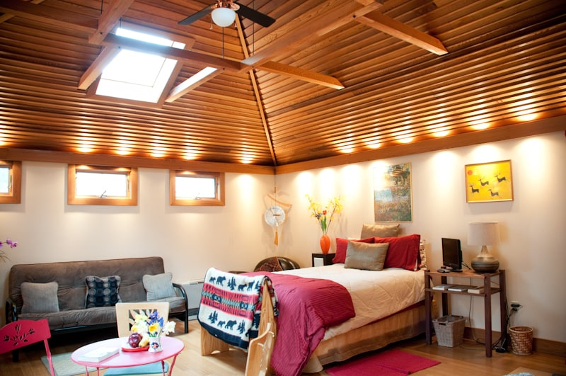The Cottage Studio. Bamboo floors, pyramid cedar ceilings with skylights. Quiet and romantic