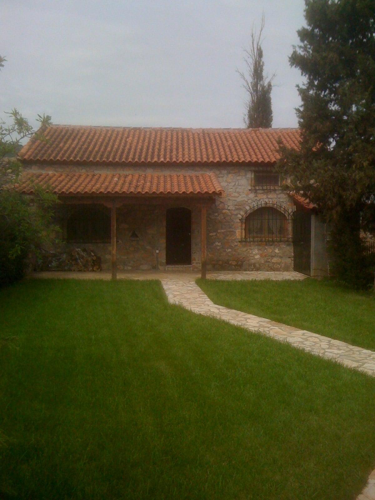 Κουκλίστικο Πέτρινο Καλύβι με κήπο