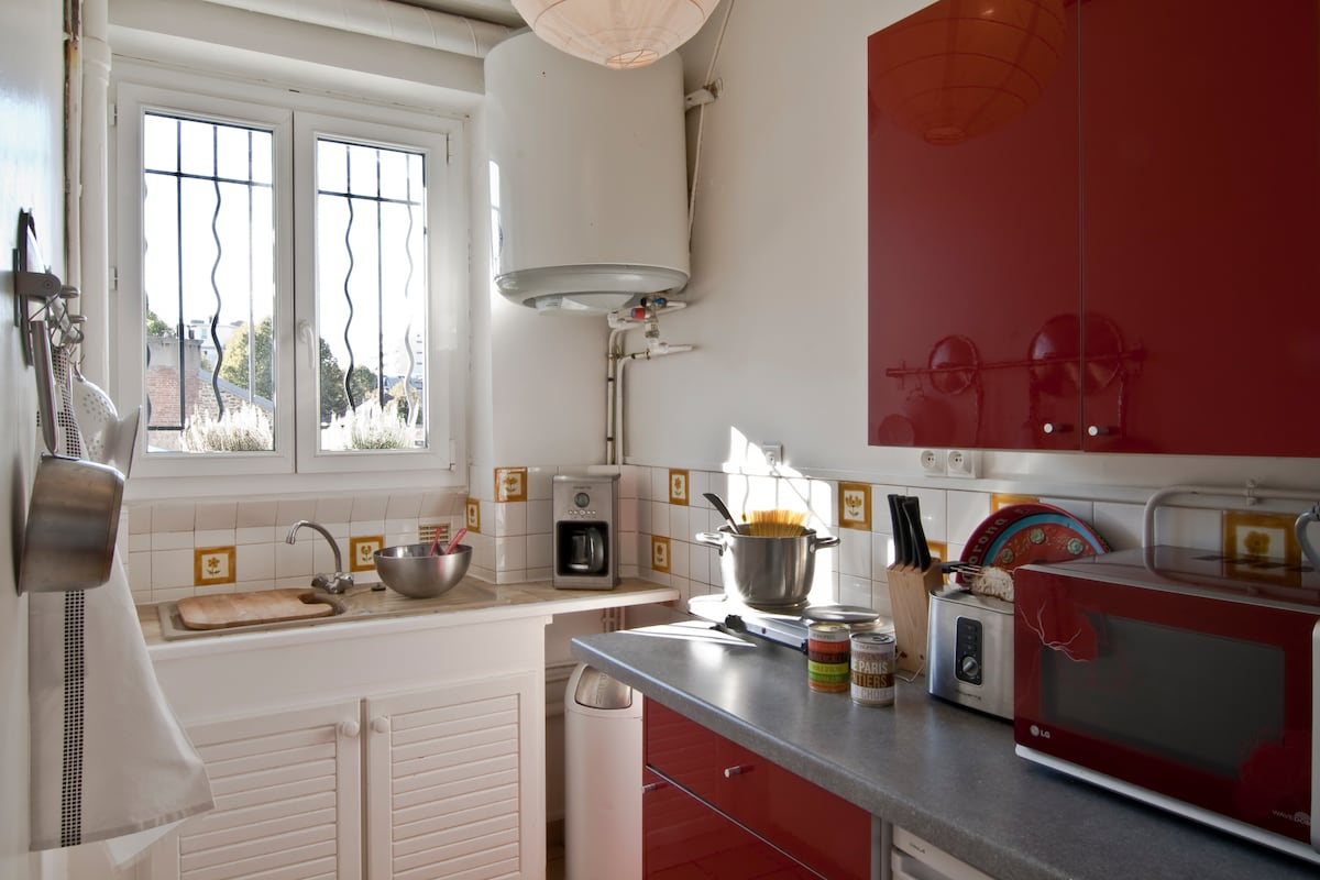 kitchen with the first aid kit (oil, salt etc), if you arrive in Paris late, you'll be saved