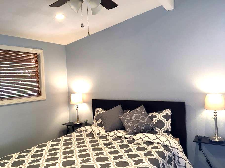 Cozy room w/ private bath & entry - Anaheim - Huis