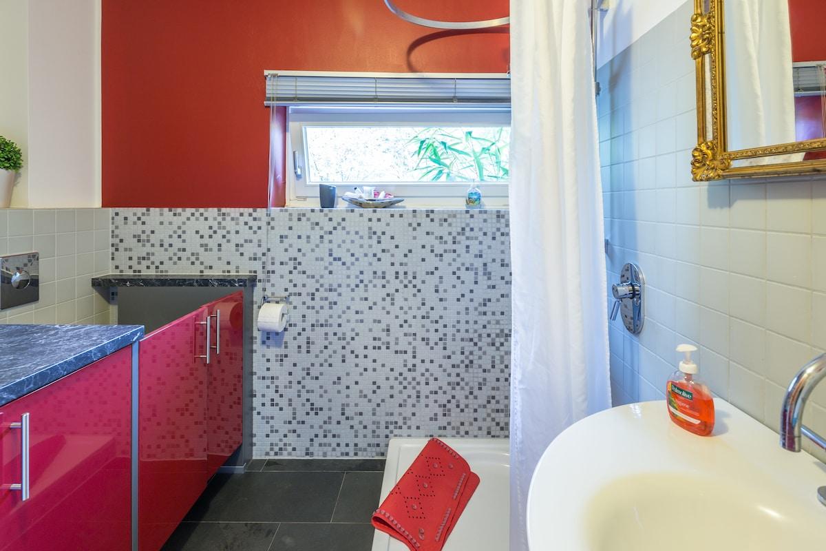 Badezimmer mit integrierter Waschmaschine (links)