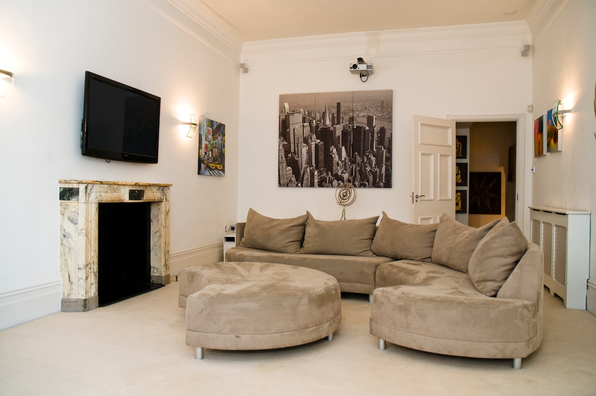Beautiful and Spacious Apartment in Knightsbridge, over two floors - 2 bathrooms, caters for large groups
