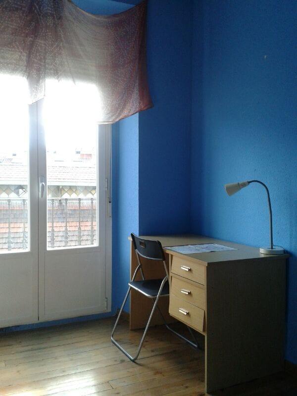 El balcón y el escritorio.