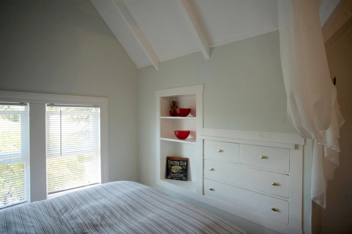Calming, Light, lofty Room