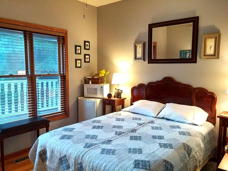 Quiet room on a small wetland, dog friendly - Lino Lakes - Hus