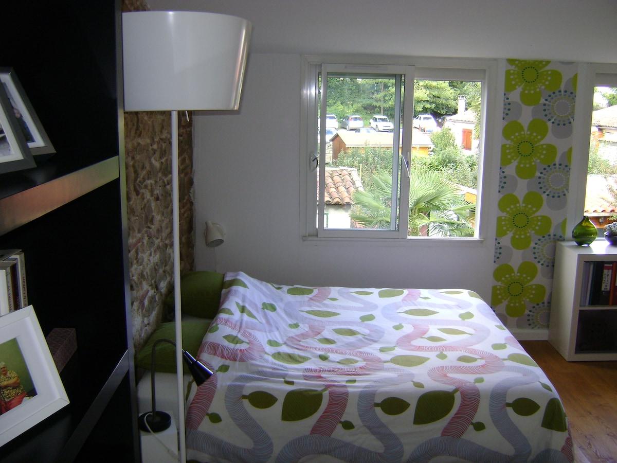 Chambre privative, lumineuse, silencieuse, tout confort.