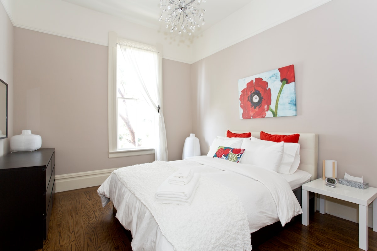 2nd bedroom with a comfortable queen size bed