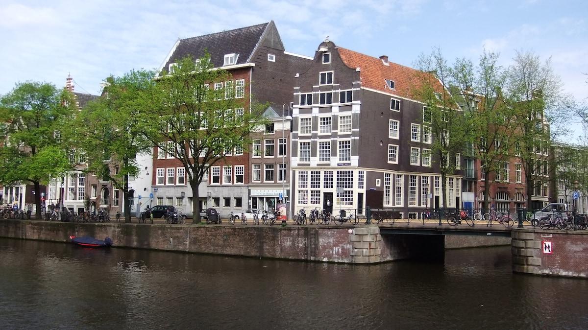 Amsterdam Centre: 17th century apt.