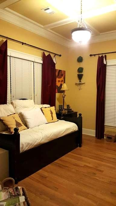 Charming 1 BD near airport - East Point - House