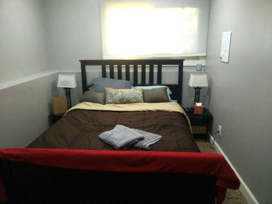 Cozy guest bed and bath - Roseville - Ev