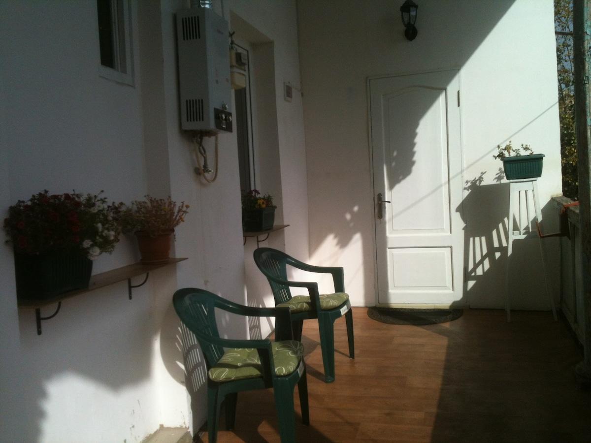 открытый балкон с красивым пеизажом.где можно курить и пить кофе.