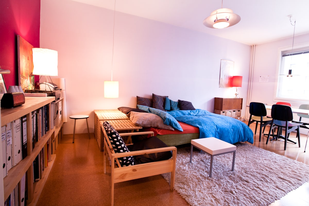 Welcome to the Checkpoint Charlie A,partment. Impulsive Colors, warm tones, vintage german furniture, healthy materials: The perfect start to discover Berlin-Mitte!