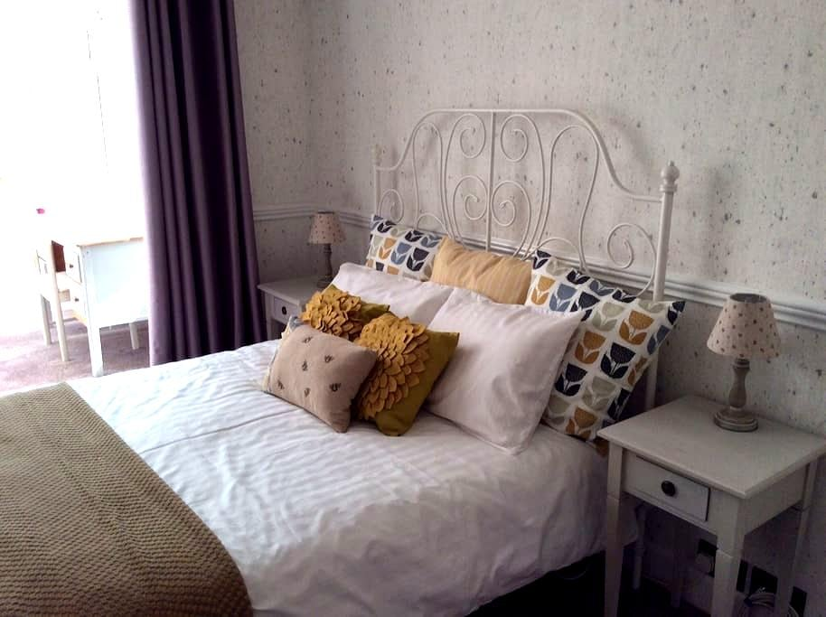 Sunny and spacious double room - Worthing - Bed & Breakfast