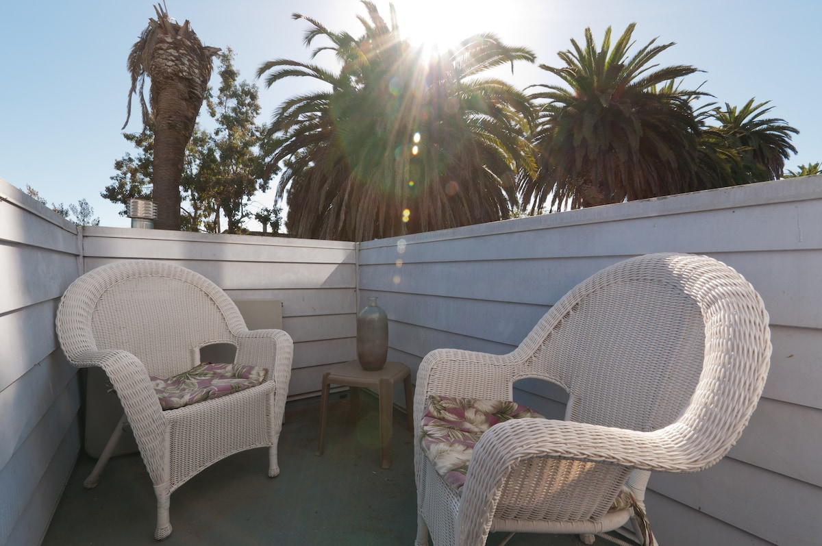 2nd floor balcony, gets alot of sun all day, great place to chill.