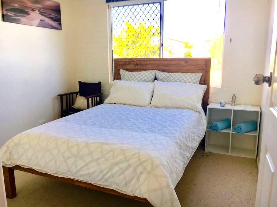 The Leonardo Room - Turtle Trail Retreat - Burnett Heads - Bed & Breakfast