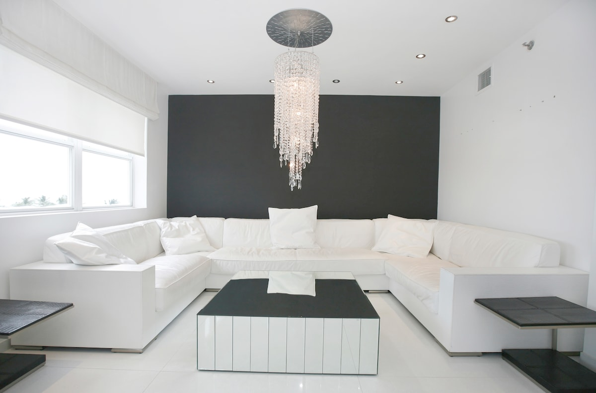 LIVING ROOM WITH DESIGNER FURNITURE