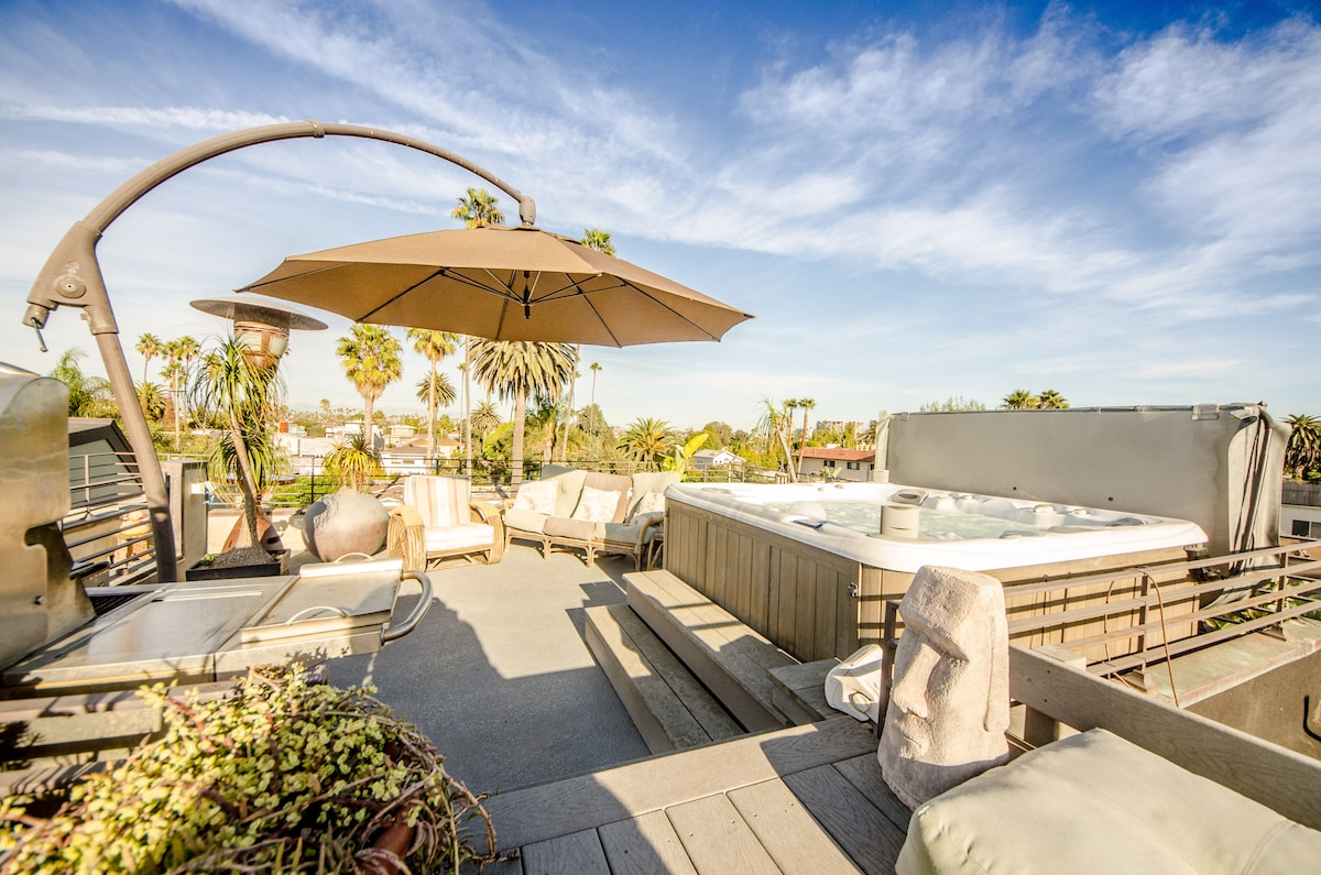 360° roof deck with hot tub jacuzzi and BBQ. Unforgettable views!