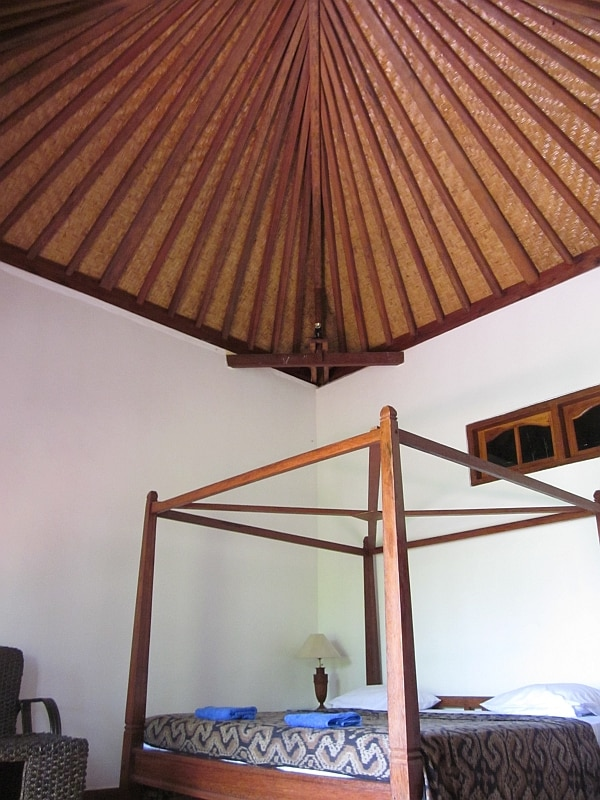Romantic 4 post bed, fiber internet