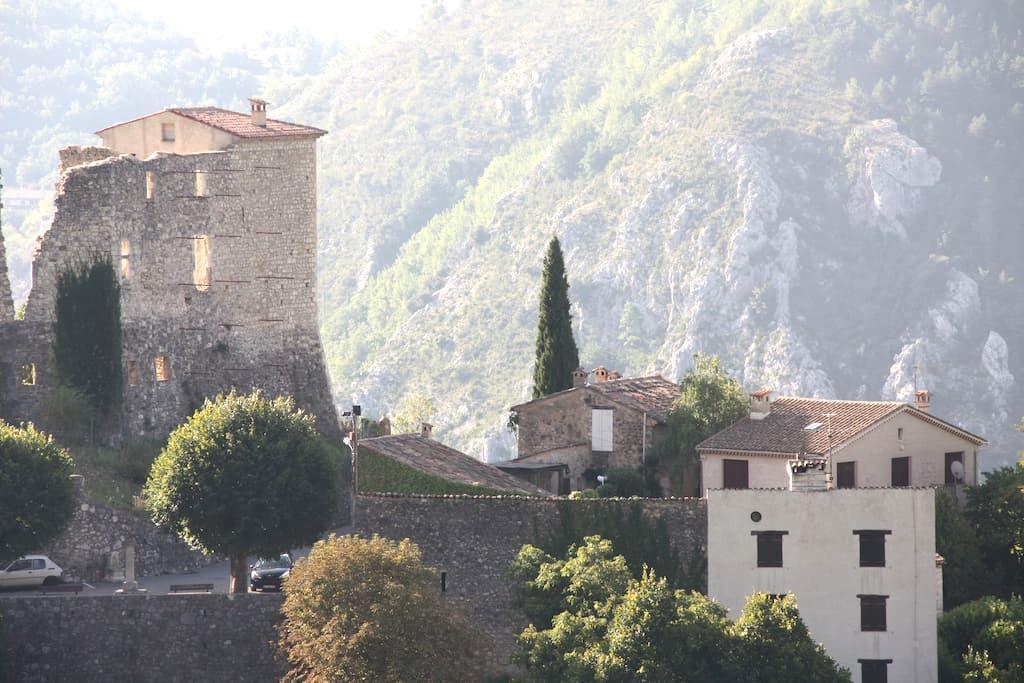 Au pied du Chateau de Gréoliéres - Gréolières - Flat