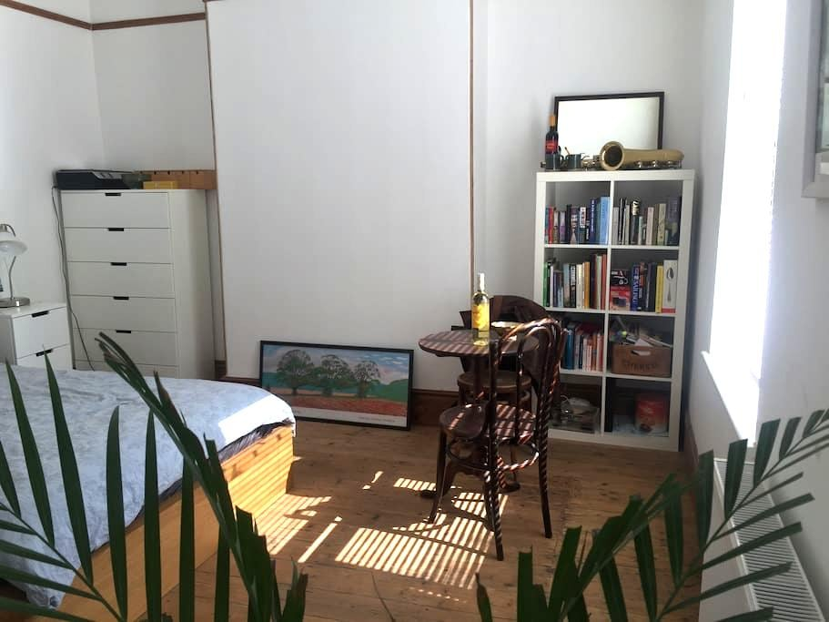 Spacious room close to Uni's & city - Stretford - Rumah