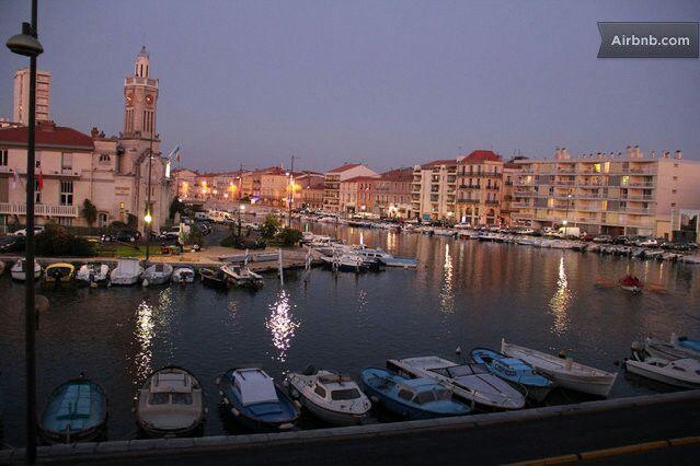 Une vue nocturne depuis le canal royal,Sète est une ville entourée d eau et de canaux d ou son surnom de 'venise du languedoc'