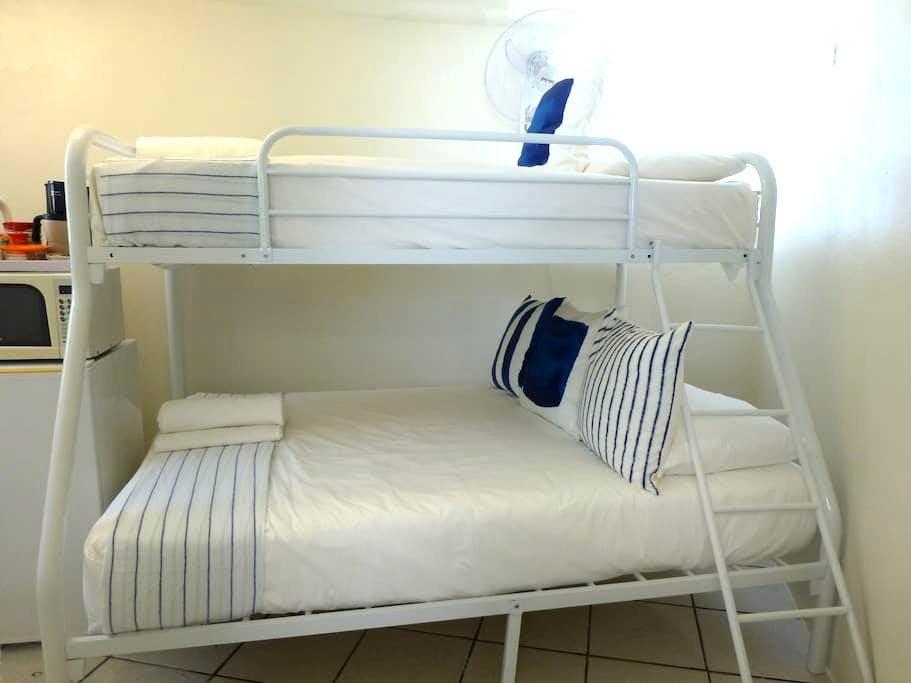 Very Tiny Hostel Room w/Bath,Priv Entr 1-3 persons - Samaná - Hostel
