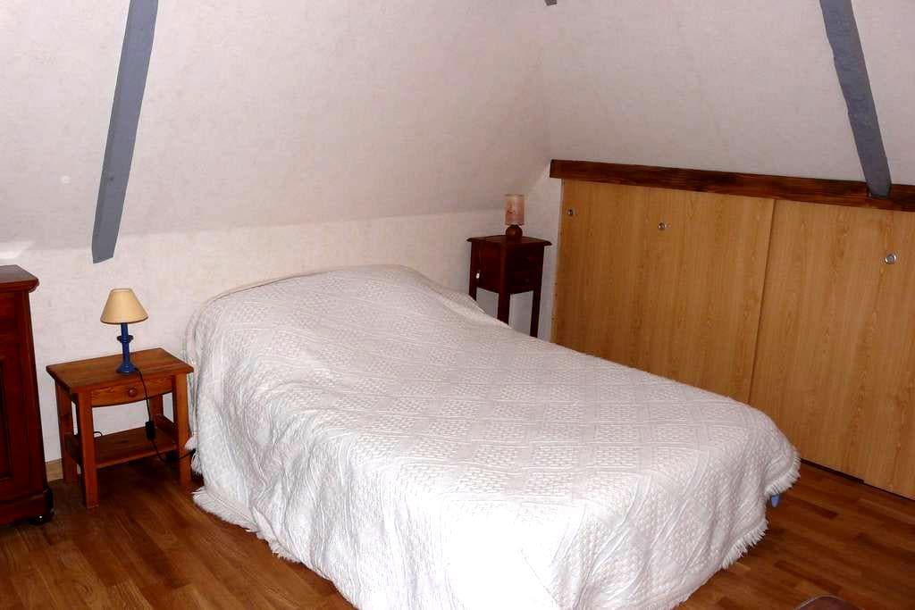 Chambre, pièce et salle de bain - Saint-Péran
