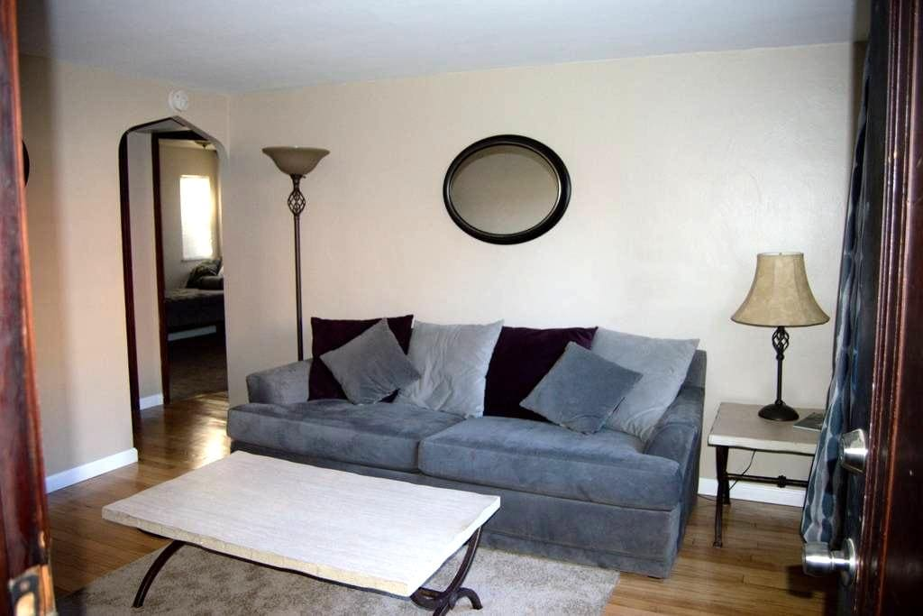 Updated Two Bedroom Near Pittsburgh - Pittsburgh - Apartment
