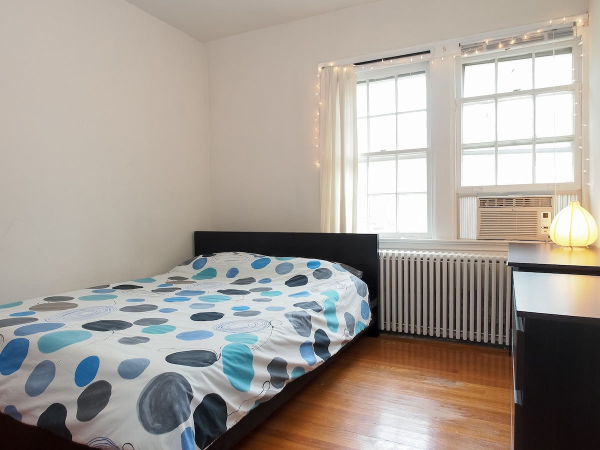 Lovely upstairs room in Georgetown!
