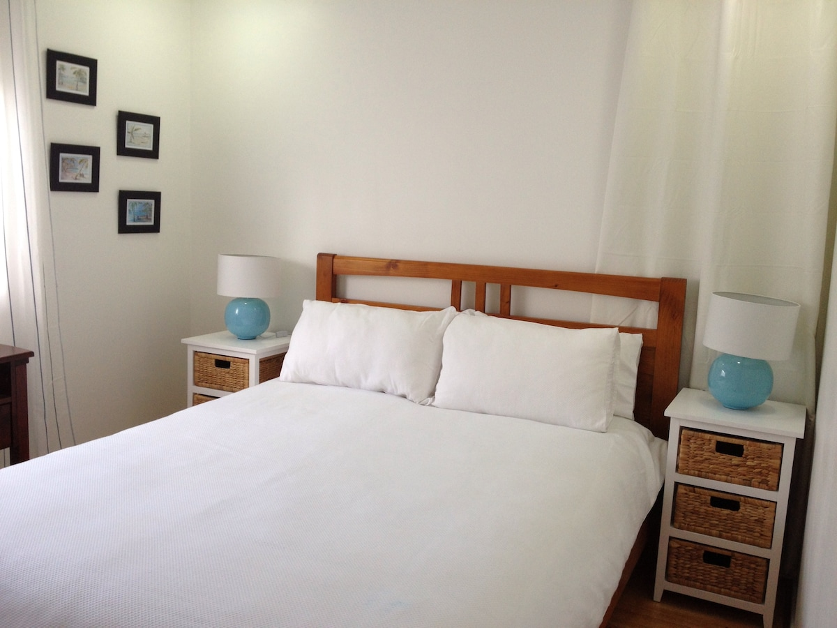 Air con, ceiling fan, large closet and queen bed, make this a comfortable guest room.