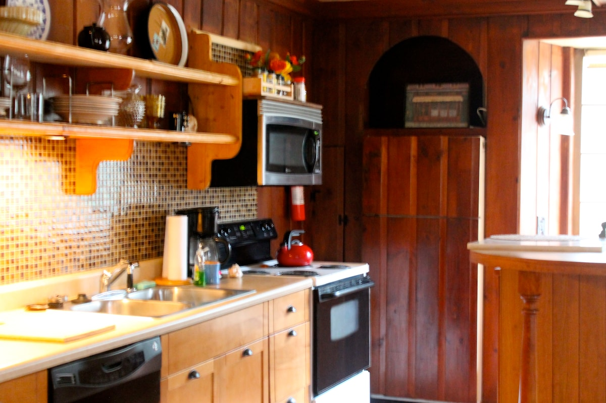 Fully equipped kitchen with a dishwasher.