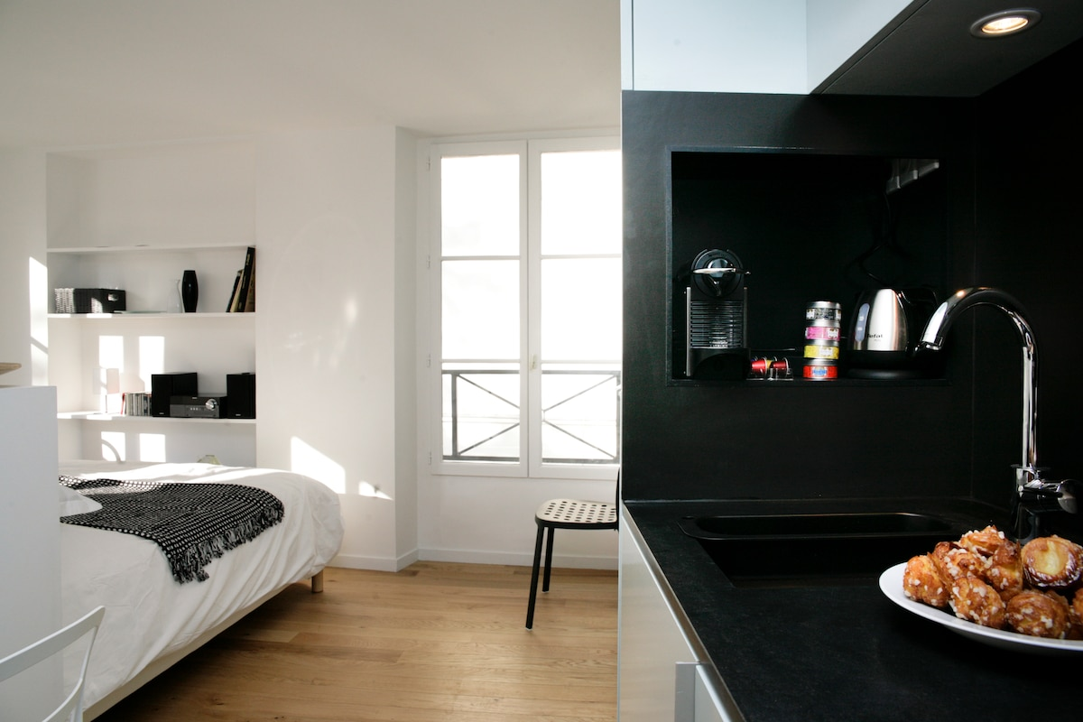 The small open kitchen is fully equiped (incl. Nespresso, Toaster and Boiler - see detailed description)