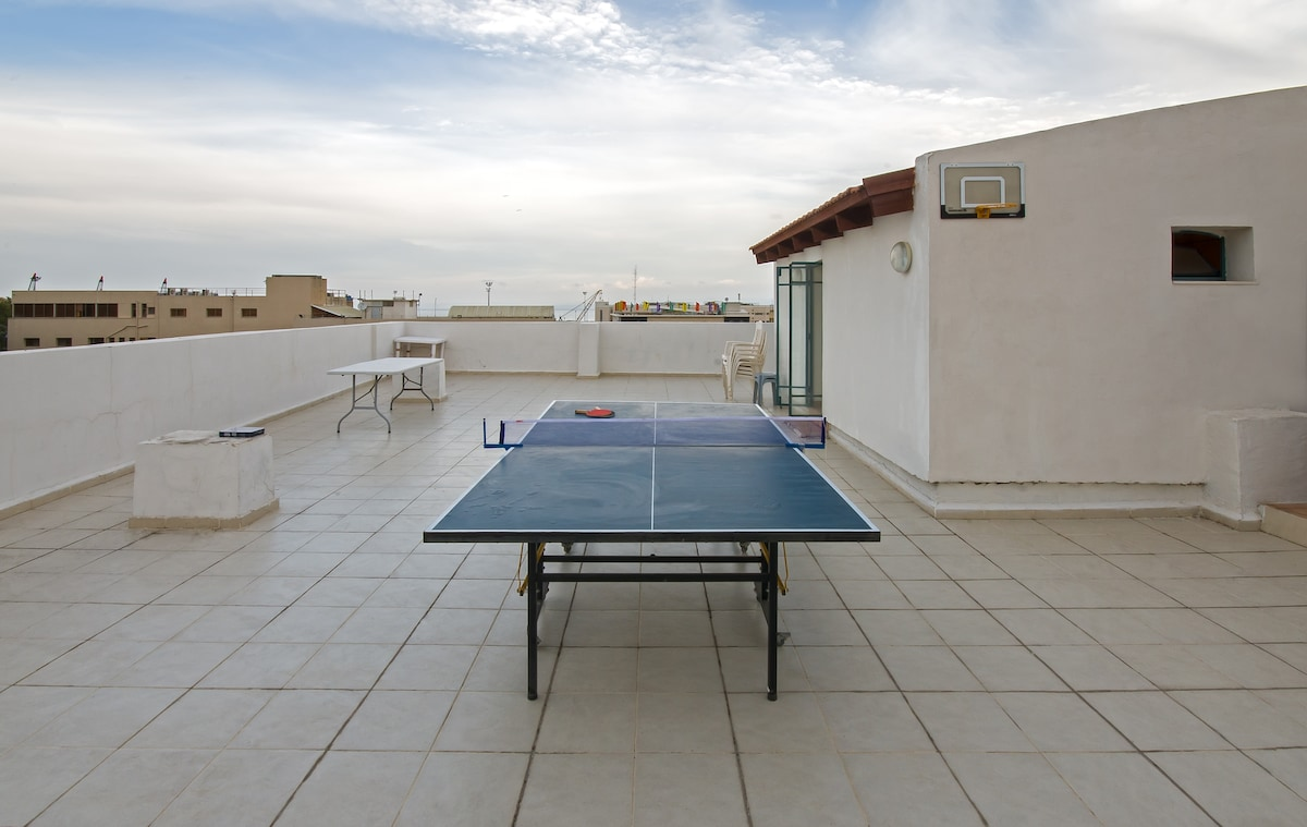 the huge roof balcony with Ping pong