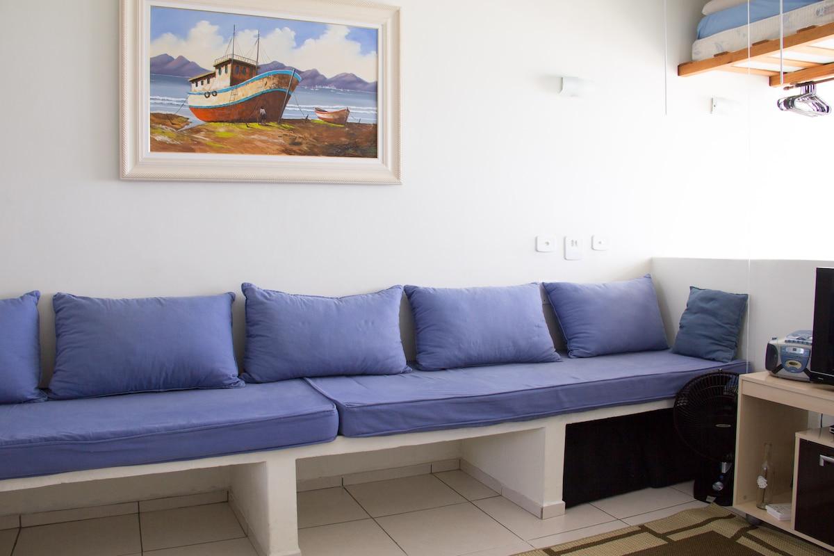 Sala ampla e arejada, com sofá cama para 2 pessoas.