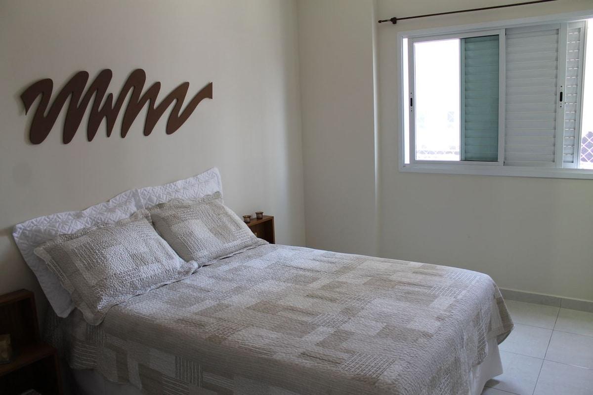 Bedroom / Quarto com cama box casal