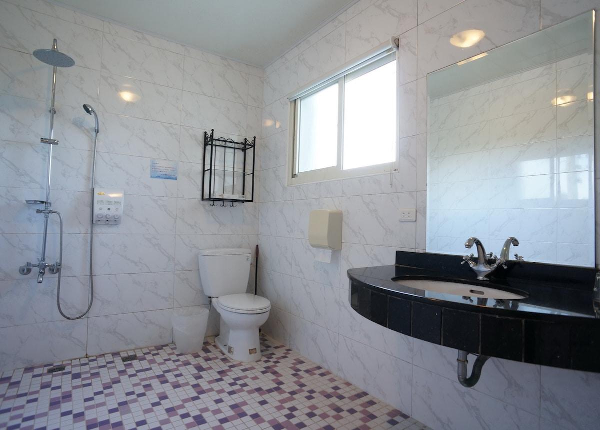 very big bathroom,you can sing inside without disturb. 四人房浴室,大到可以在裡面唱歌