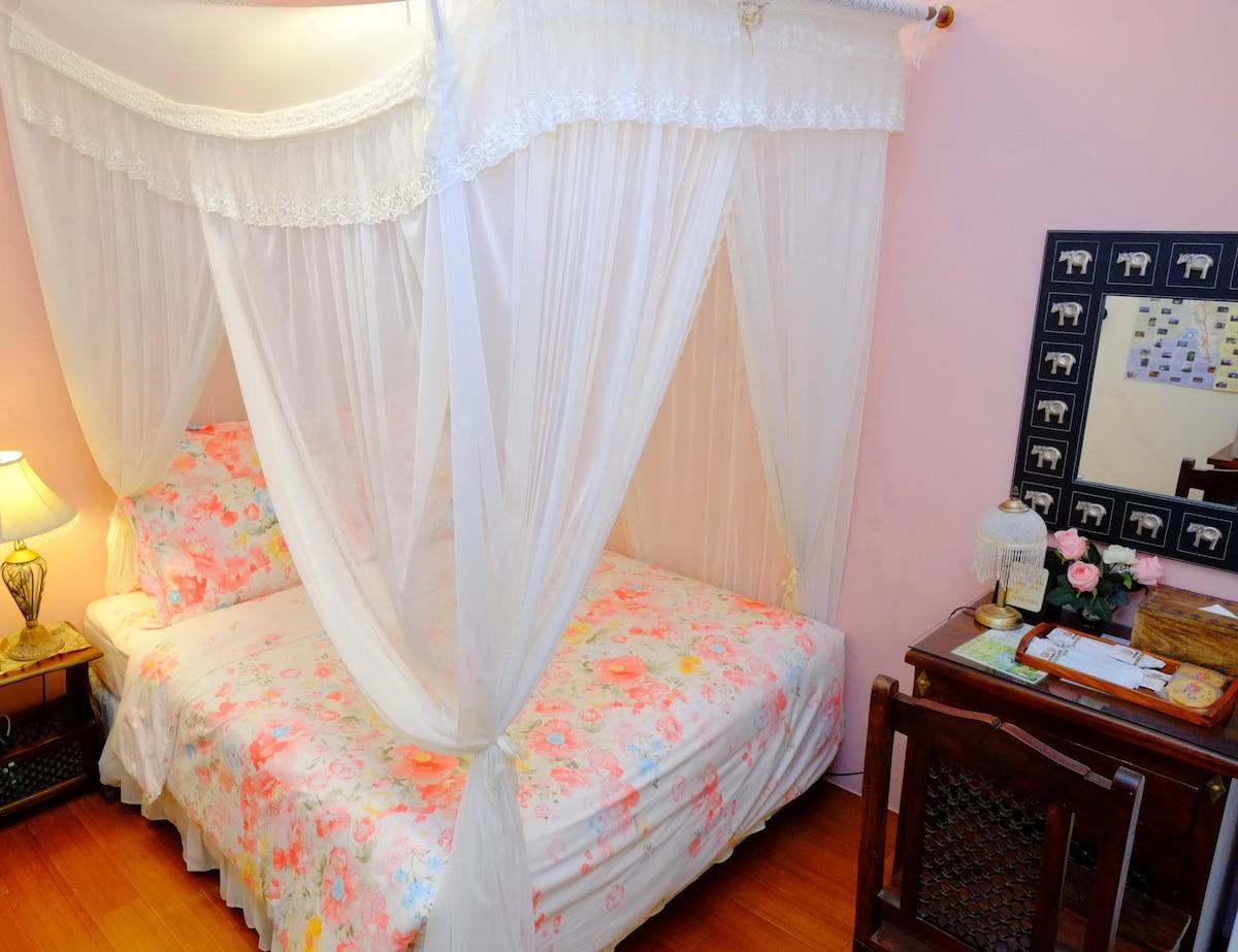 two persons room 玫瑰雙人套房 全棟皆有無線網路 房間內配備: 對外窗、32吋液晶電視、分離式冷氣、吹風機、盥洗用品、超大浴室、網路寬頻(需自備筆電)、獨立筒床墊、羽絨被