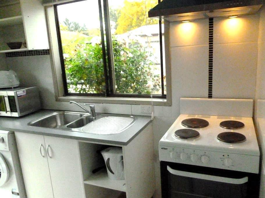 2 Bedrm Cottage close to Belconnen - McKellar - Bed & Breakfast