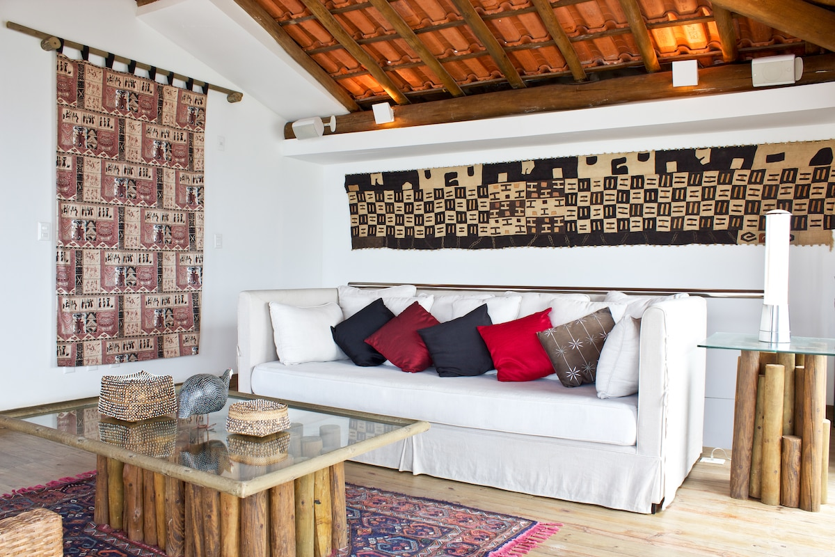 Telhado: living room with exposed beams and red tiles, African textiles: my favorite room to relax